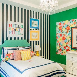 Imagen de habitación de bebé niña tradicional, de tamaño medio, con paredes verdes y moqueta