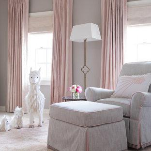 Ejemplo de habitación de bebé niña clásica renovada, grande, con paredes grises, moqueta y suelo beige