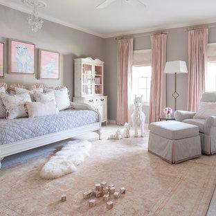 Diseño de habitación de bebé niña clásica renovada, grande, con paredes grises, moqueta y suelo beige