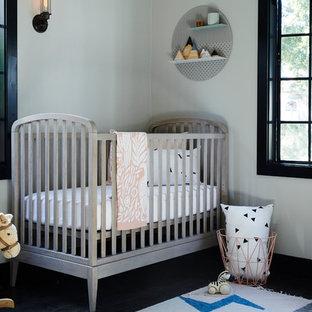 Ejemplo de habitación de bebé neutra clásica renovada con paredes blancas, suelo de madera oscura y suelo negro