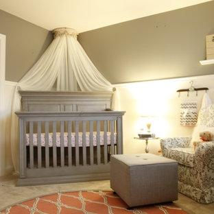 Kleines Klassisches Babyzimmer mit grauer Wandfarbe und Teppichboden in Washington, D.C.