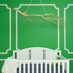 Immagine di una cameretta per neonati neutra minimal con pareti verdi