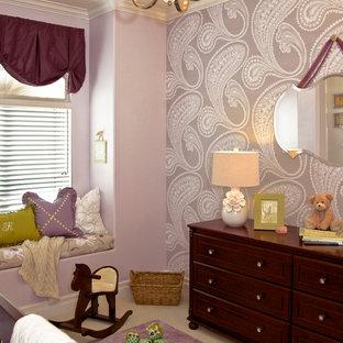 Inspiration pour une chambre de bébé fille traditionnelle avec un mur violet et moquette.
