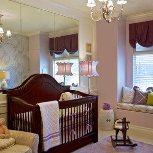 Imagen de habitación de bebé niña tradicional con paredes púrpuras, moqueta y suelo violeta