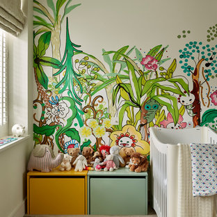 Modelo de habitación de bebé neutra contemporánea con moqueta, paredes beige y suelo marrón