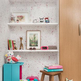 Imagen de habitación de bebé minimalista pequeña