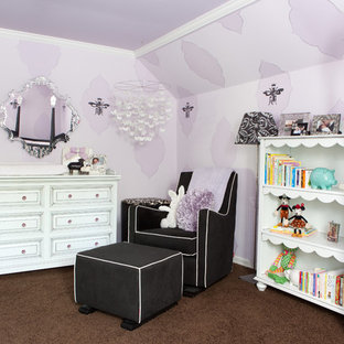 Modelo de habitación de bebé niña ecléctica con paredes púrpuras, moqueta y suelo marrón