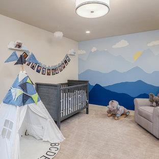 Cette photo montre une chambre de bébé garçon méditerranéenne avec un mur multicolore, moquette et un sol beige.