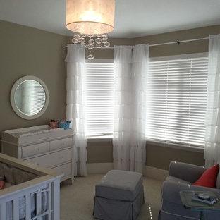 Idée de décoration pour une chambre de bébé fille style shabby chic de taille moyenne avec un mur marron et moquette.