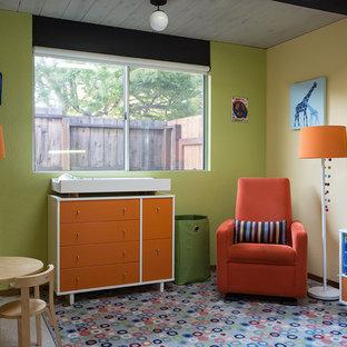 Cette photo montre une chambre de bébé neutre rétro avec un mur vert.