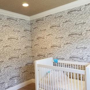 Idée de décoration pour une chambre de bébé marine avec un plafond en papier peint et du papier peint.