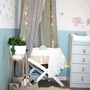 Idées déco pour une petit chambre de bébé neutre contemporaine avec un mur multicolore et moquette.