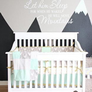 Diseño de habitación de bebé niño tradicional renovada, grande, con paredes grises y suelo de madera clara