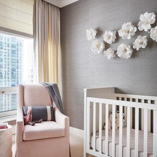 Cette image montre une chambre de bébé fille design avec un mur gris, moquette et un sol beige.