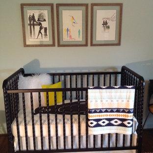 Exemple d'une chambre de bébé garçon sud-ouest américain.