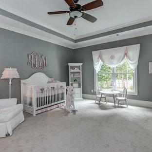 Idée de décoration pour une très grand chambre de bébé fille tradition avec un mur gris et moquette.