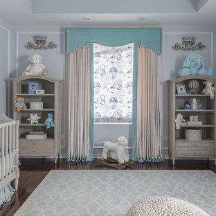 Foto de habitación de bebé niño actual, de tamaño medio, con paredes azules y suelo de madera oscura