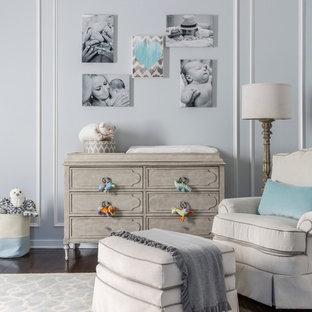 ニューヨーク, NYの中サイズのコンテンポラリースタイルのおしゃれな赤ちゃん部屋 (グレーの壁、濃色無垢フローリング) の写真