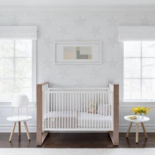 Imagen de habitación de bebé neutra clásica renovada, extra grande, con paredes blancas, suelo de madera oscura y suelo marrón