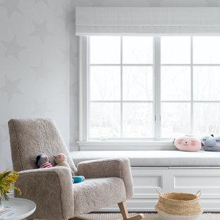 Ejemplo de habitación de bebé neutra clásica renovada, extra grande, con paredes blancas, suelo de madera oscura y suelo marrón