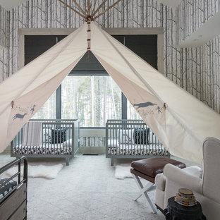 Immagine di una cameretta per neonati neutra stile rurale con pareti multicolore, moquette e pavimento grigio