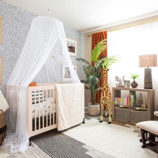 Cette image montre une petit chambre de bébé neutre design avec un mur multicolore, moquette, un sol multicolore et du papier peint.