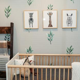 Exemple d'une chambre de bébé neutre nature de taille moyenne avec un mur gris, un sol en bois brun et un sol marron.