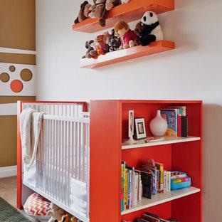 Immagine di una cameretta per neonati neutra contemporanea di medie dimensioni con moquette, pareti bianche e pavimento beige