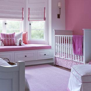 Réalisation d'une chambre de bébé fille tradition de taille moyenne avec un mur rose.