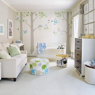 Immagine di una cameretta per neonati neutra chic di medie dimensioni con pareti grigie, moquette e pavimento bianco