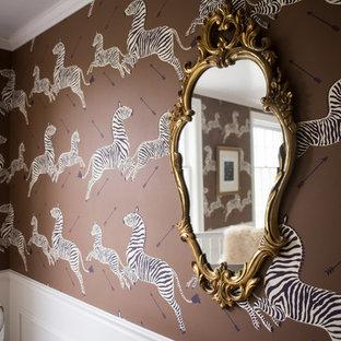 Idee per una grande cameretta per neonata classica con pareti marroni, parquet scuro e pavimento marrone