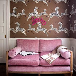 Ispirazione per una grande cameretta per neonata tradizionale con pareti marroni, parquet scuro e pavimento marrone