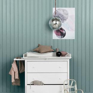 Foto de habitación de bebé neutra escandinava con paredes grises