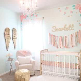 Diseño de habitación de bebé niña romántica, pequeña, con paredes multicolor y moqueta