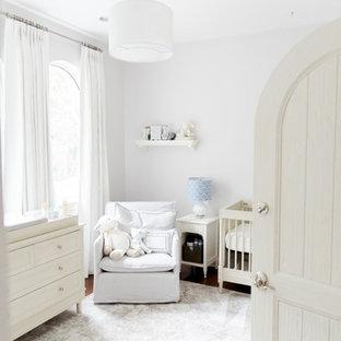 Diseño de habitación de bebé neutra clásica con paredes blancas