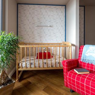 Новые идеи обустройства дома: комната для малыша в современном стиле с серыми стенами, паркетным полом среднего тона и коричневым полом для девочки или мальчика