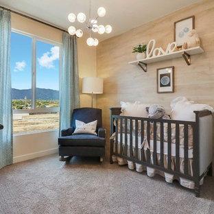 Foto de habitación de bebé neutra clásica renovada con paredes amarillas, moqueta y suelo gris