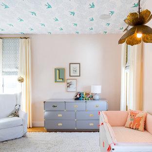 Diseño de habitación de bebé niña tradicional renovada con suelo blanco