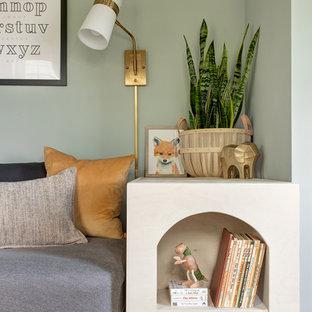 Idée de décoration pour une chambre de bébé neutre nordique avec un mur gris.