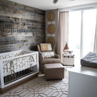 Modelo de habitación de bebé neutra rústica, pequeña, con paredes grises