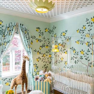 Idee per una cameretta per neonata chic con pareti multicolore e parquet scuro
