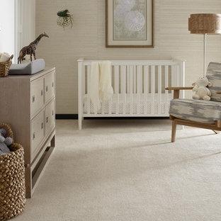 他の地域の中くらいのコンテンポラリースタイルのおしゃれな赤ちゃん部屋 (ベージュの壁、カーペット敷き、白い床) の写真