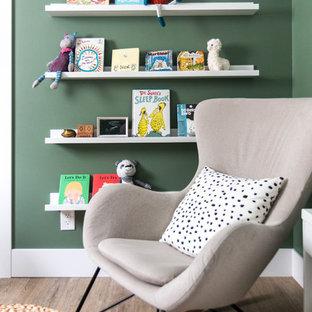 Idee per una piccola cameretta per neonati neutra minimalista con pareti verdi, pavimento in vinile e pavimento marrone