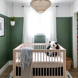 Idee per una piccola cameretta per neonati neutra moderna con pareti verdi, pavimento in vinile e pavimento marrone