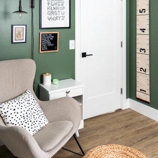 Modelo de habitación de bebé neutra moderna, pequeña, con paredes verdes, suelo vinílico y suelo marrón