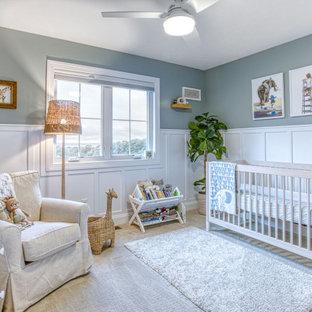 Стильный дизайн: большая нейтральная комната для малыша в стиле современная классика с серыми стенами, ковровым покрытием, бежевым полом и панелями на стенах - последний тренд