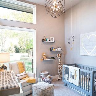 Modelo de habitación de bebé niño clásica renovada, de tamaño medio, con paredes beige, moqueta y suelo beige