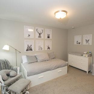Esempio di una cameretta per neonati neutra american style di medie dimensioni con pareti grigie, moquette e pavimento grigio