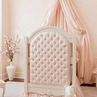 Inspiration för ett vintage babyrum, med rosa väggar och mellanmörkt trägolv