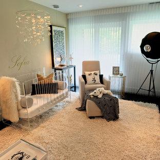 Réalisation d'une chambre de bébé fille design de taille moyenne avec un mur beige.